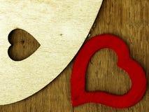 Coeur en bois sur la table de chêne Photos libres de droits