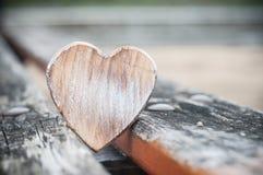 coeur en bois sur le banc dans extérieur - aimez le concept Photos stock