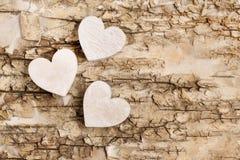 Coeur en bois sur le fond d'écorce Symbole de l'amour Photos libres de droits