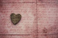 Coeur en bois sur le fond rustique Image stock