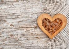 Coeur en bois sur le tissu de dentelle et le vieux bois Photographie stock
