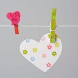 Coeur en bois sur une corde à linge Image libre de droits