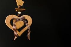 Coeur en bois sur une corde avec les boules en bois, un arc au milieu, s Images stock