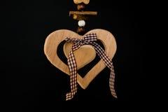 Coeur en bois sur une corde avec les boules en bois, un arc au milieu, s Images libres de droits
