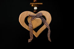 Coeur en bois sur une corde avec les boules en bois, un arc au milieu, s Image libre de droits