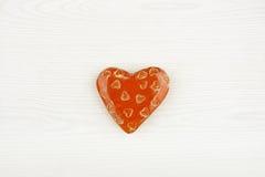 Coeur en céramique d'isolement sur le fond en bois blanc Image libre de droits