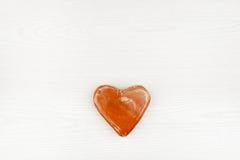 Coeur en céramique d'isolement sur le fond en bois blanc Photographie stock libre de droits