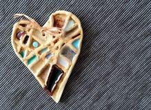Coeur en céramique sur le fond gris Objet fait main d'art Symbole de l'amour Photo libre de droits