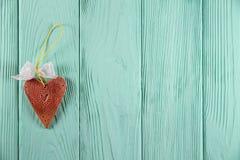 Coeur en céramique sur un fond en bois Images stock