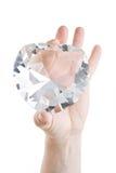 Coeur en cristal dans des deux doigts Images stock