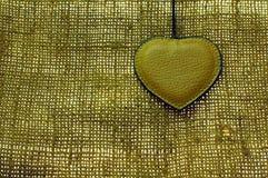 Coeur en cuir de Brown sur le vieux matériau normal Photos libres de droits