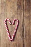 Coeur en l'honneur du jour du ` s de Valentine fait à partir de la canne de sucrerie sur un fond de vieilles planches en bois Photographie stock
