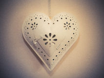 Coeur en métal accrochant par la chaîne Photo libre de droits