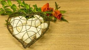 Coeur en métal avec des coquilles Image libre de droits