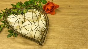 Coeur en métal avec des coquilles Photos stock