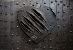 Coeur en métal avec des dommages de griffe Photographie stock