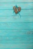 Coeur en osier décoratif de couleur grise avec un ruban bleu sur un OE Photo libre de droits