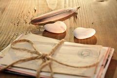 Coeur en pierre avec les lettres attachées Image stock