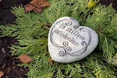 Coeur en pierre blanc avec le texte allemand sur la tombe Photos libres de droits