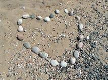 Coeur en pierre de conception de plage d'amour Images libres de droits