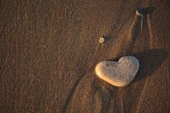 Coeur en pierre sur le Pebble Beach Concept d'amour Fond de Valentine Image libre de droits