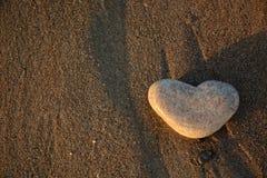 Coeur en pierre sur le Pebble Beach Concept d'amour Fond de Valentine Images libres de droits