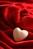 Coeur en pierre sur le velours Photos libres de droits