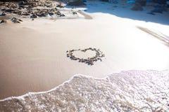 Coeur en sable à la plage, à la confession de l'amour, à l'été, à la mer et au soleil Photo libre de droits