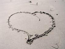 Coeur en sable photo stock