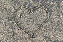 Coeur en sable humide Images libres de droits