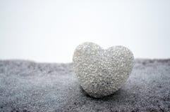 coeur en verre abstrait sur la neige la nuit Cardez pendant un jour de Valentine Pardonnez-moi, manquez-vous amour que vous expri Photos stock