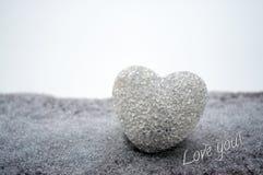 coeur en verre abstrait sur la neige la nuit Cardez pendant un jour de Valentine Pardonnez-moi, manquez-vous amour que vous expri Image libre de droits