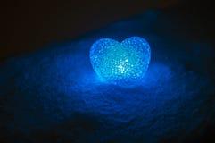 coeur en verre abstrait sur la neige la nuit Carte pendant un jour du ` s de Valentine llight bleu de coeur sur le fond noir Images stock