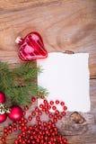 Coeur en verre de whith de carte de voeux de Noël Photographie stock libre de droits