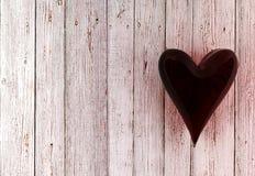 Coeur en verre rouge sur le fond en bois blanc Image stock