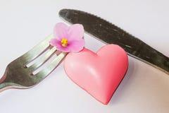 Coeur entre la fourchette et le couteau Images libres de droits