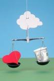 Coeur et argent sur des échelles Photos libres de droits