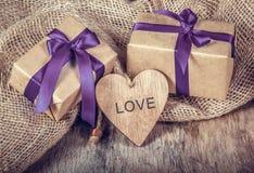 Coeur et boîte-cadeau en bois avec le ruban Décoration romantique pour le jour du ` s de Valentine Symbole de l'amour Images stock