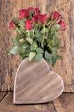 Coeur et bouquet en bois des roses Photos libres de droits