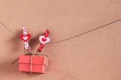 Coeur et cadeau sur le fil Images libres de droits