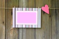 Coeur et cadre sur le fond en bois Type rustique Photos stock