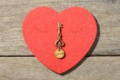 Coeur et clé rouges Photographie stock libre de droits
