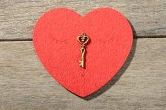 Coeur et clé rouges Images stock