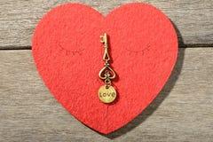 Coeur et clé rouges Photos stock
