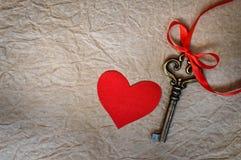 Coeur et clé rouges de tissu Images stock