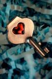 Coeur et clé rouges sur le fond bleu, concept de jour du ` s de Valentine Photographie stock libre de droits