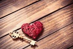 Coeur et clé sur la table Photographie stock libre de droits