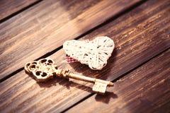 Coeur et clé sur la table Photos stock