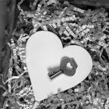 Coeur et clé sur un fond en bois, concept de jour du ` s de Valentine Photographie stock