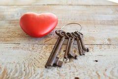 Coeur et clés rouges sur un fond en bois Photographie stock